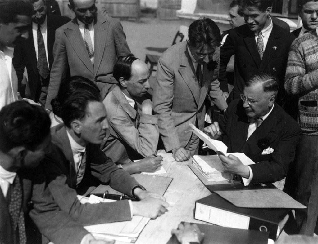 De la st la dr, aşezaţi la masă H.H. Stahl, Constantin Brăiloiu, D. Gusti. În picioare Ernest Bernea şi Traian Herseni