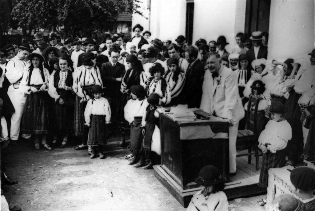 Dimitrie Gusti ţinând o cuvântare în faţa satului Drăguș, 1929.